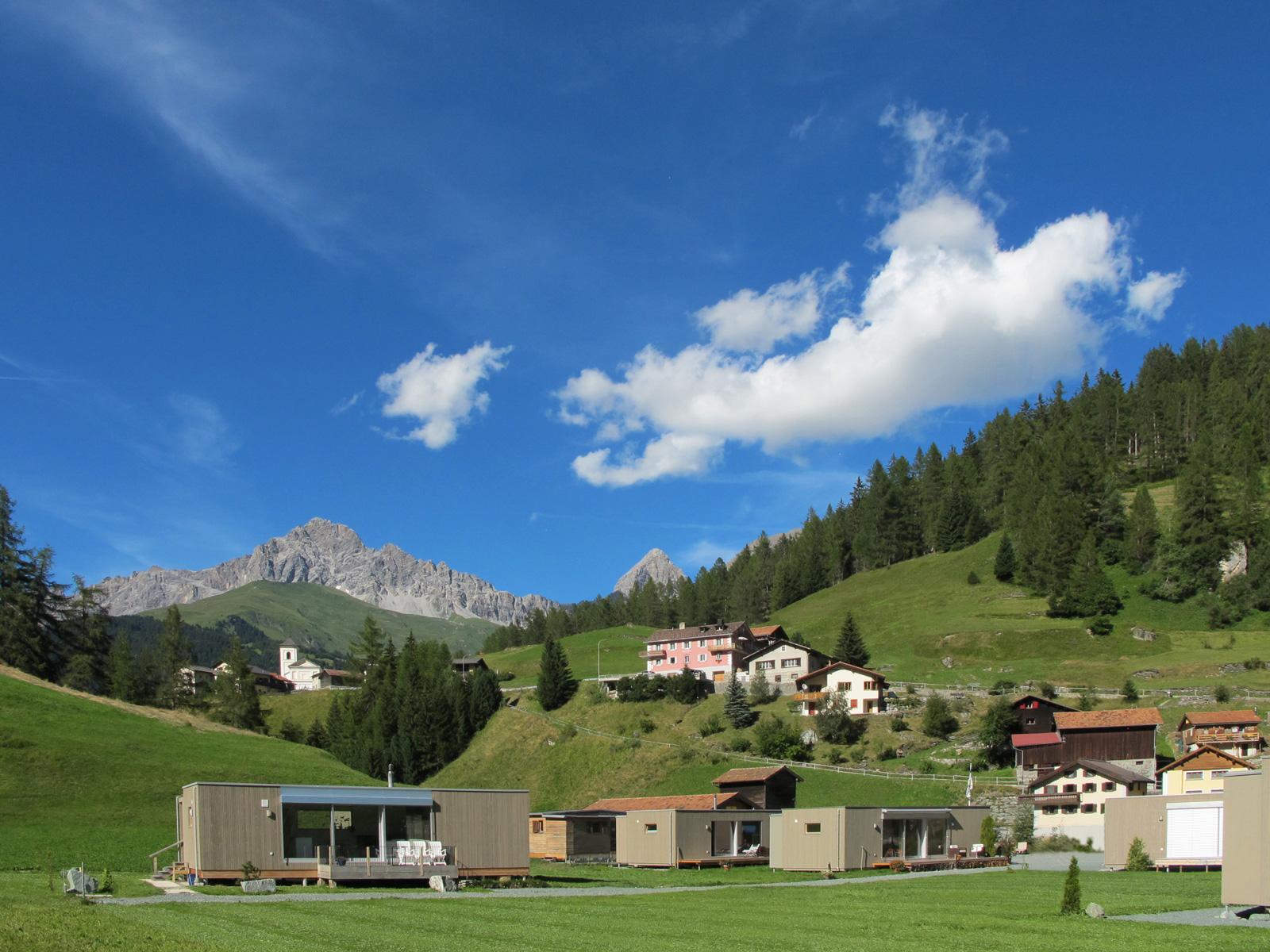 Bergkette Piz Mitgel mit Tinterhorn rechts und Oberrona mit Barockkirche